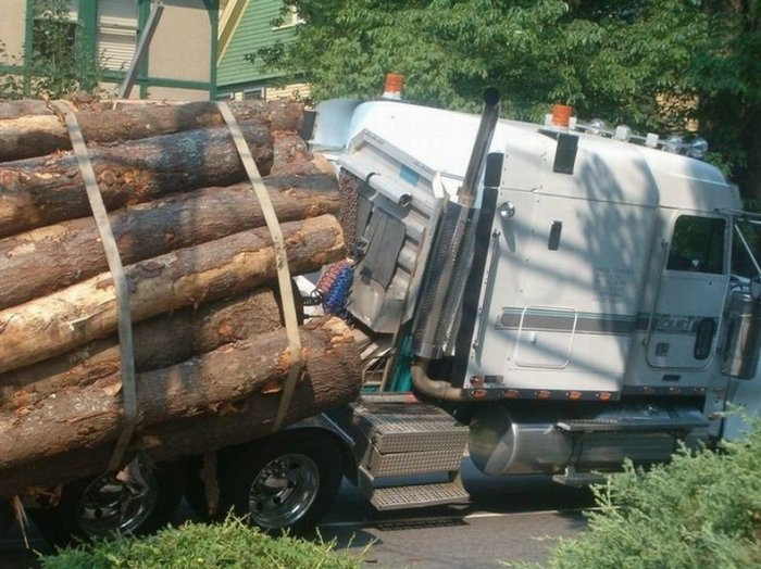 Лесовоз перевернулся (8 фото)