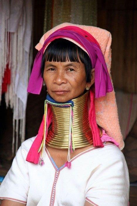 Женщины с длинными шеями (22 фото)