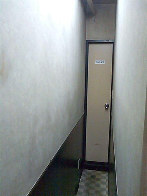 Самый узкий проход в туалет (2 фото)