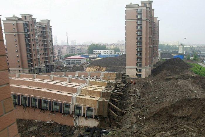 В Шанхае упал дом (6 фото)