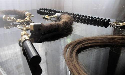 Украшения из волос и пепла умерших (8 фото)