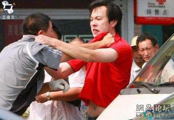 Два китайца не поделили дорогу (6 фото)