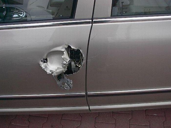 Как открыть машину, если забыли ключи (4 фото)