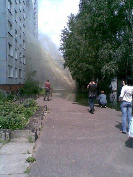 Взрыв трубы в Риге (4 фото)