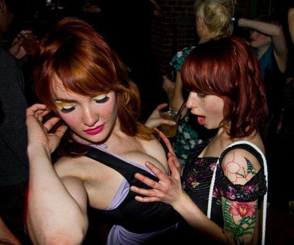 Девушки лапают друг друга (66 фото)