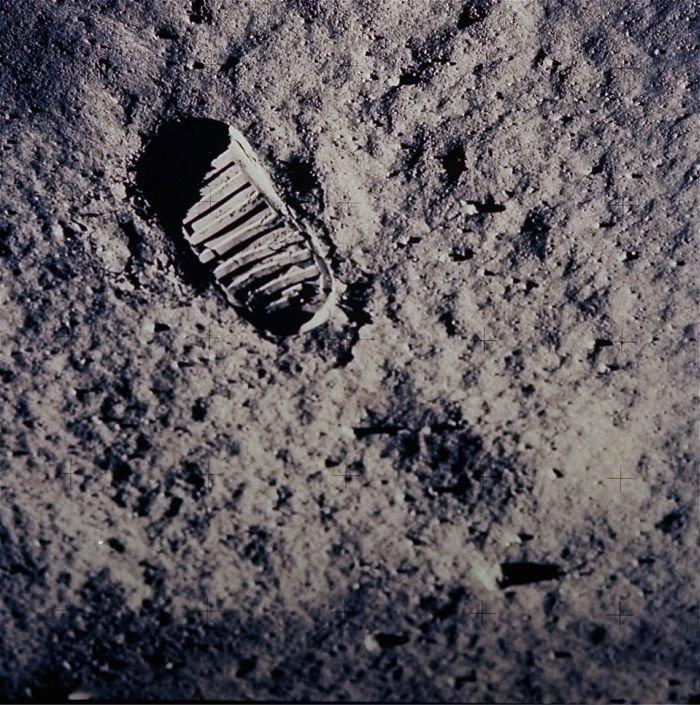 Человек на луне (40 фото)