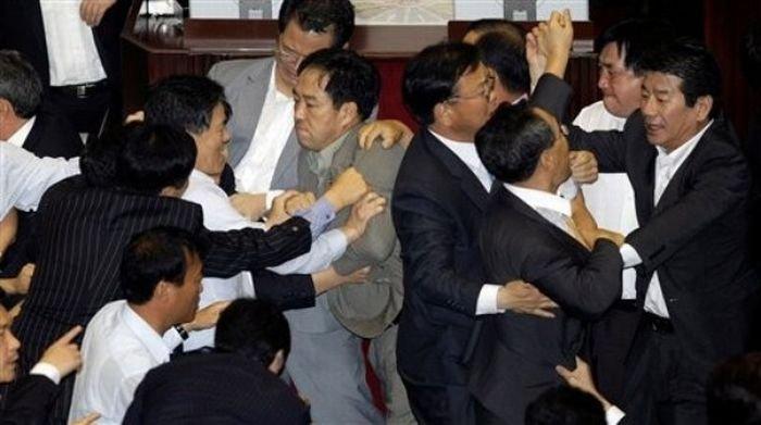 Потасовка в парламенте Южной Кореи (20 фото)