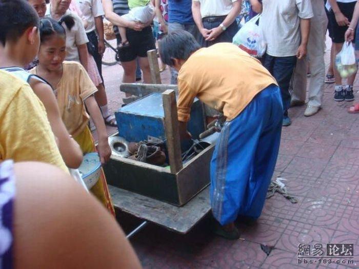 Семья уличных акробатов в Китае (29 фото)