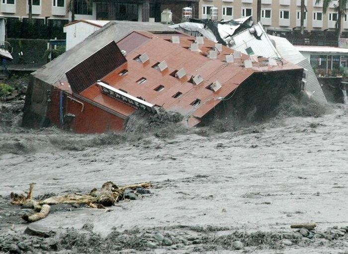 Обрушение отеля (7 фото)