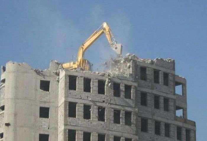 Нетрадиционное разрушение зданий (6 фото)