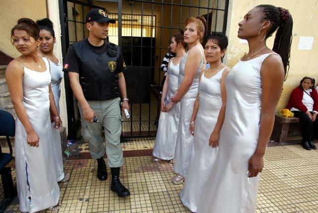 Конкурсы красоты в женских тюрьмах (15 фото)