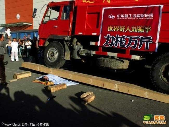 Парня переехали грузовиком (3 фото)