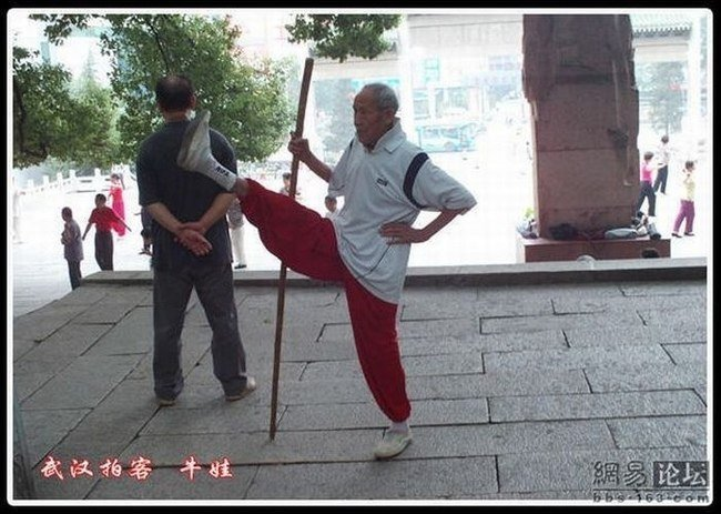 Пожилой гимнаст (11 фото)