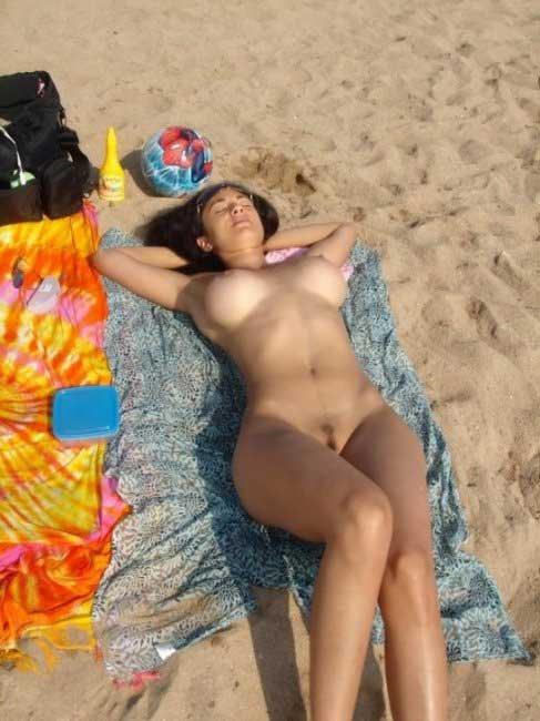 Девушка забыла фотоаппарат на пляже (12 фото)