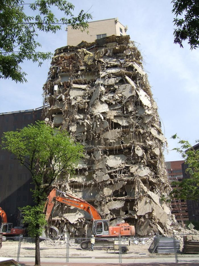 Странный снос здания (3 фото)