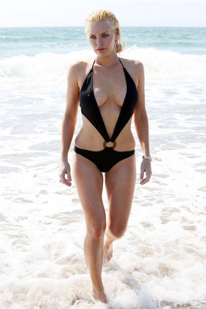 Софи Монк засветила грудь (7 фото)