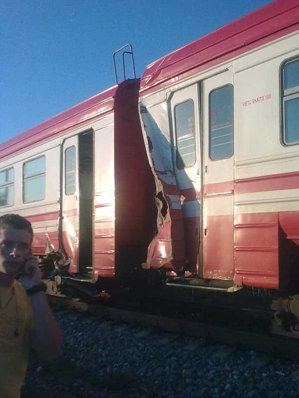 Поезд против экскаватора (12 фото)