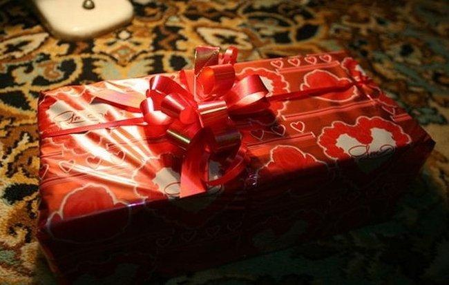 Необычный свадебный подарок (2 фото)