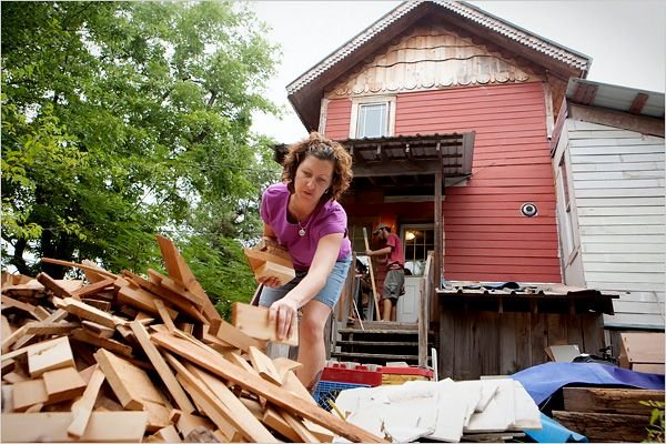 Дом из подручных материалов (18 фото)
