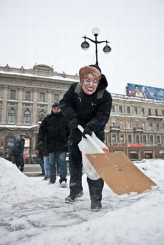 Матвиенки убирают снег (14 фото)