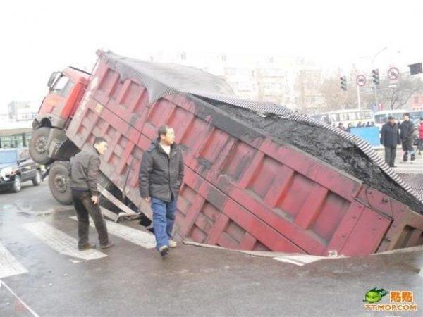 Провал грузовика (7 фото)