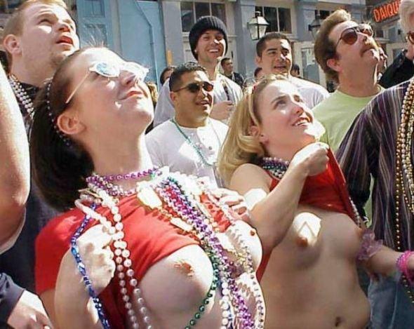 Девушки показывают сиськи (106 фото)