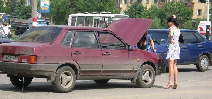Девушка чинит автомобиль (3 фото)