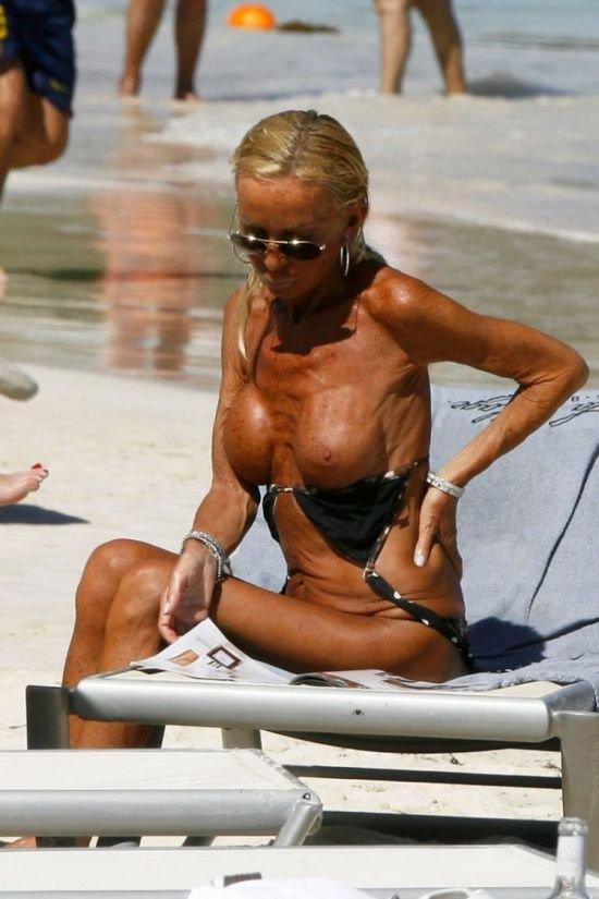 Донателла Версаче снова загорает топлесс (10 фото)