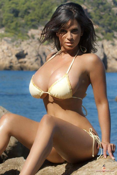 Грудастая Denise Milani (76 фото)