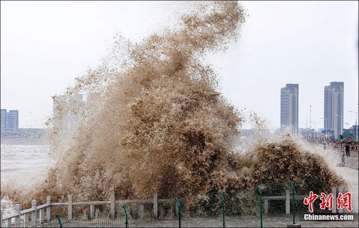 Сильный прилив в Китае (11 фото)