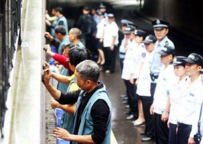 Как наказывают рекламщиков в Китае (5 фото)