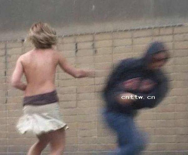 С девушек срывают одежду (12 фото)
