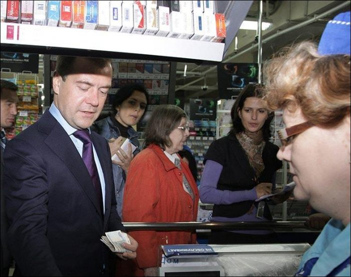 Медведев закупается в магазине (2 фото)
