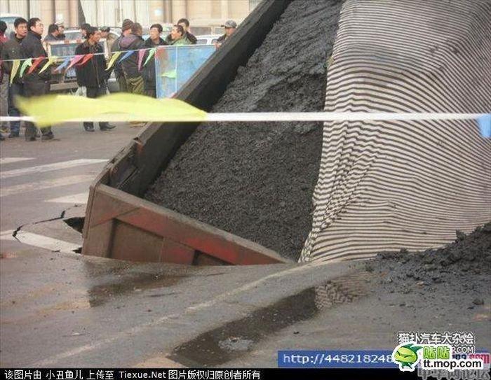 Грузовик ушел под землю (7 фото)