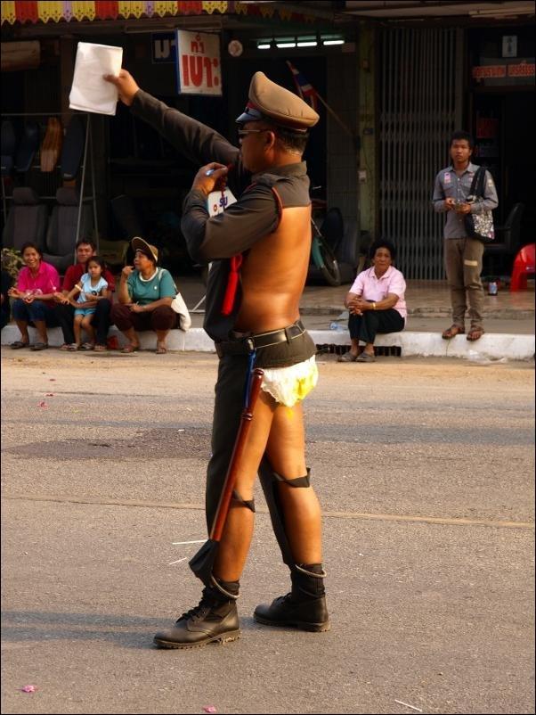 Суровый полицейский из Тайланда (3 фото)