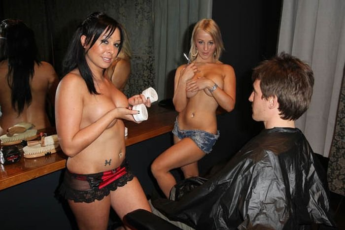Парикмахерская с девушками топлес (4 фото)