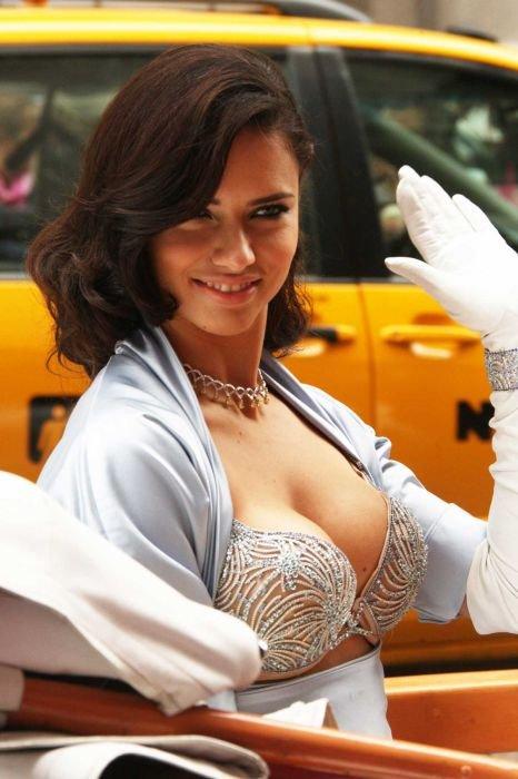 Адриана Лима в лифчике за 2 миллиона долларов (9 фото)