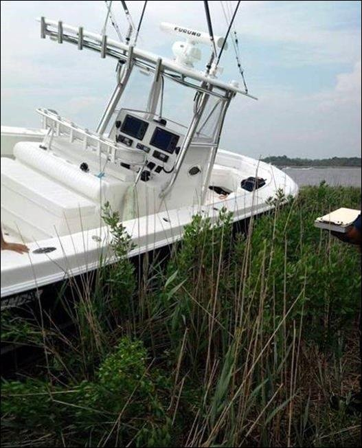 Яхта вылетела на сушу (5 фото)