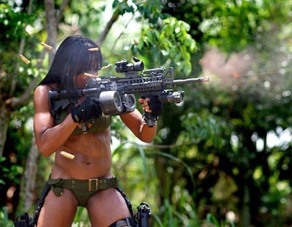 Девушки с оружием (41 фото)