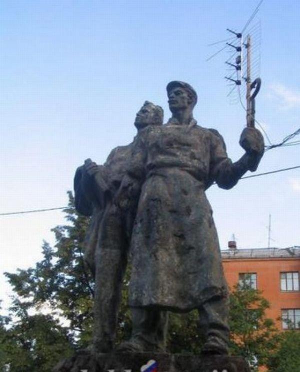 Задействовали памятник (2 фото)