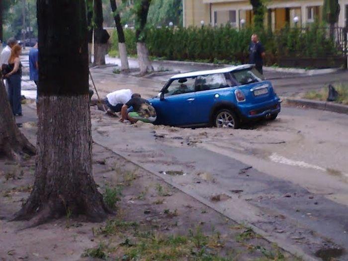 Застрявший Mini в Киеве (3 фото)