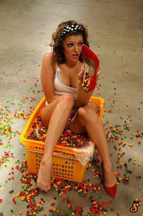 Девушки с конфетами (34 фото)