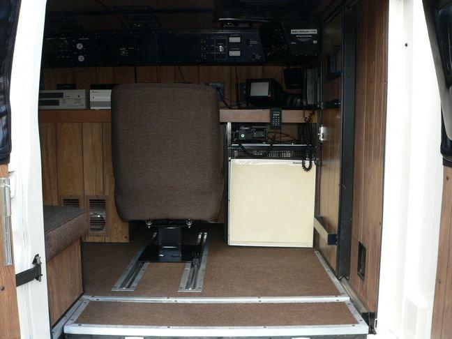 Внутри фургона для шпионажа (13 фото)