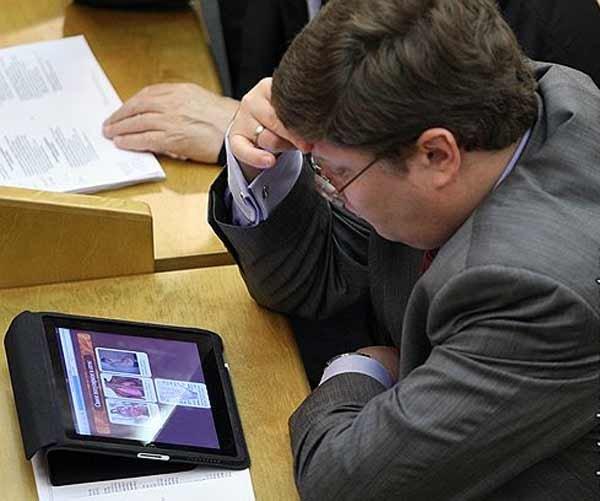 Депутат и iPad (2 фото)