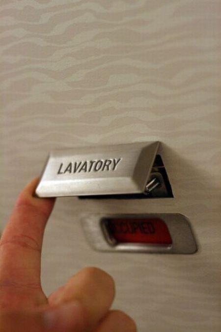 Как открыть дверь в туалет в самолете снаружи (4 фото)