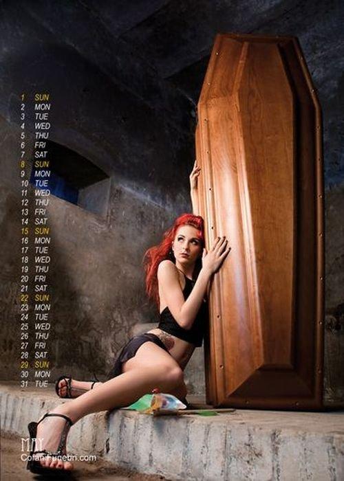 Эротический календарь от производителя гробов (33 фото)