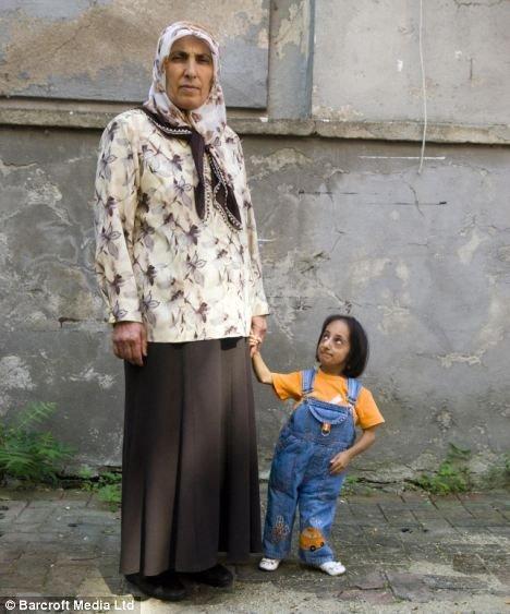 Маленькая женщина (2 фото)