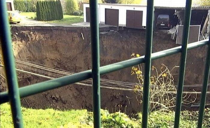 Провал земли в Германии (12 фото)