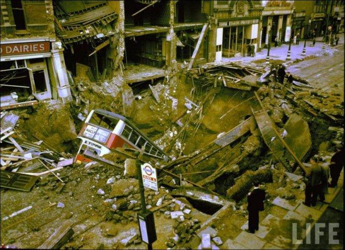 Воронка от взрыва авиабомбы (3 фото)