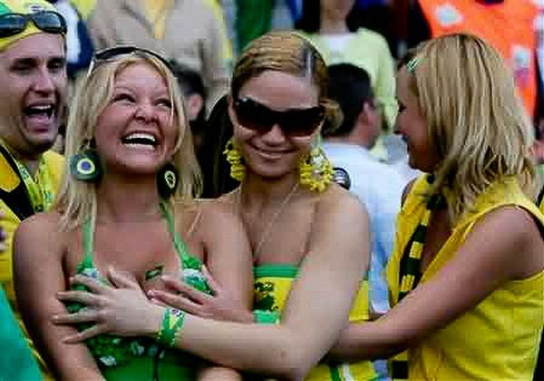 Девушки хватают за грудь подружек (95 фото)